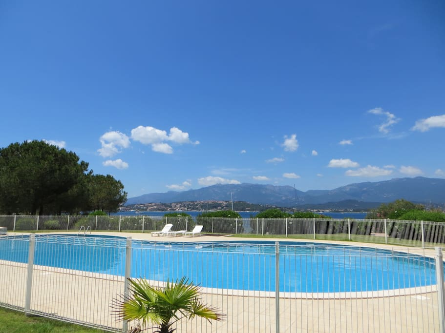 villa pieds dans l 39 eau avec piscine houses for rent in porto vecchio corsica france. Black Bedroom Furniture Sets. Home Design Ideas