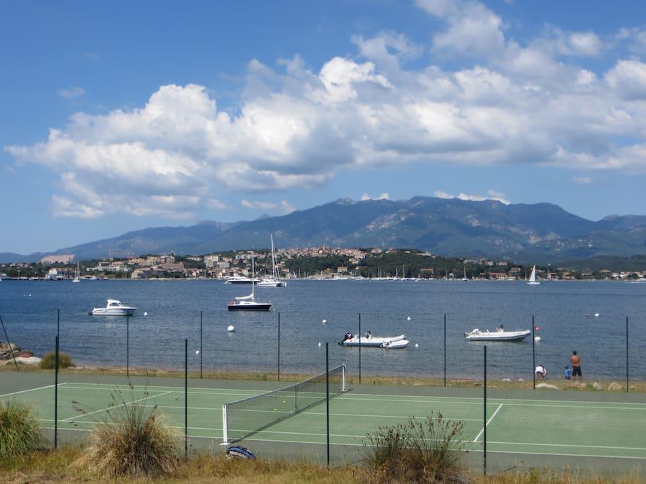 Le terrain de tennis de la résidence