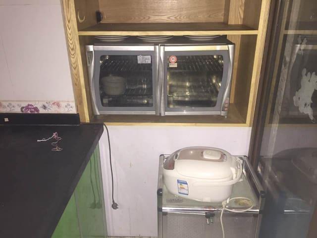配备全新消毒碗,电饭煲都有准备哦。随时lin