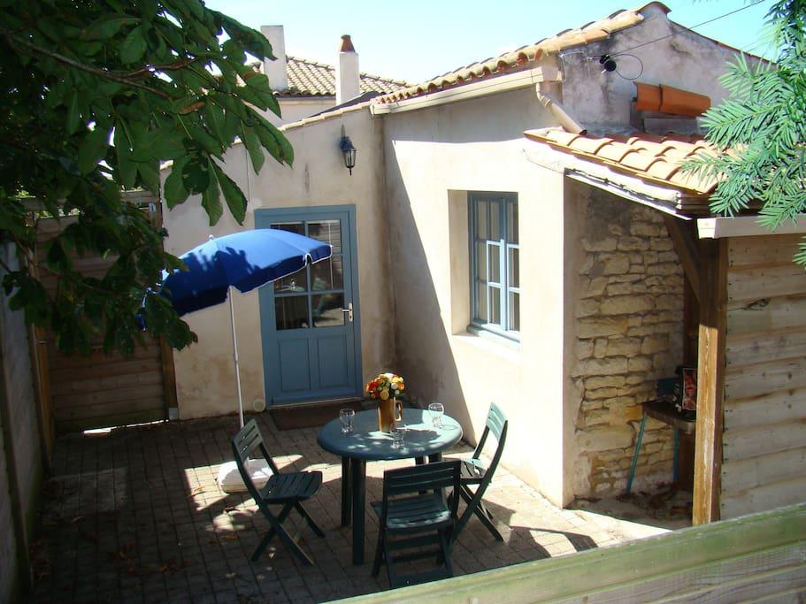 Notre terrasse avec petit jardin, entrée indépendante ... bienvenue dans notre gîte en Charente !
