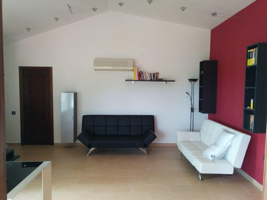 Ample living room with 2 sofa-beds (1m40) / Salón amplia con 2 sofás-camas