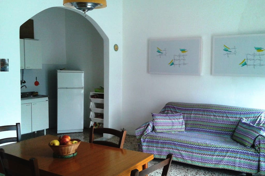 Soggiorno-cucina con divano letto al primo piano della casa
