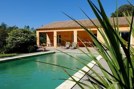 Grande maison tout confort avec piscine privée - House