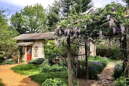Couples retreat, cozy, convenient, pet friendly - Weaverville