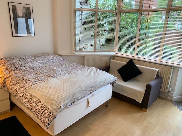 Flat 3, Spacious Double Studio in Golders Green