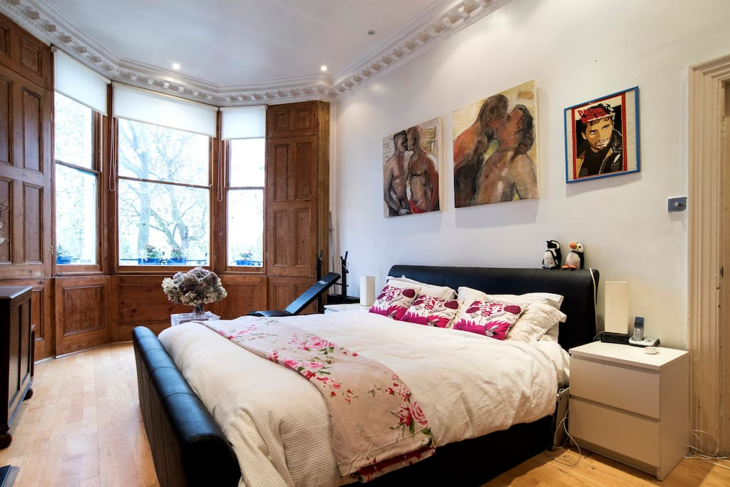 Main Bedroom - (28m2) with California king bed (200cm x 190cm)