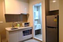 厨房配备微波炉和热水壶
