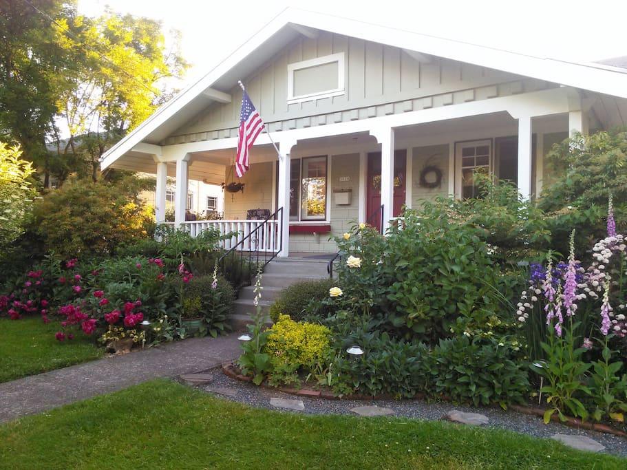 Wonderful NE Portland neighborhood. Quiet, walkable, charming homes. Easy walk to Starbucks, bus, MAX, restaurants and shoppes.