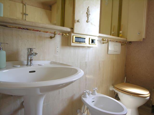 Bagno 1 con vasca e impianto doccia