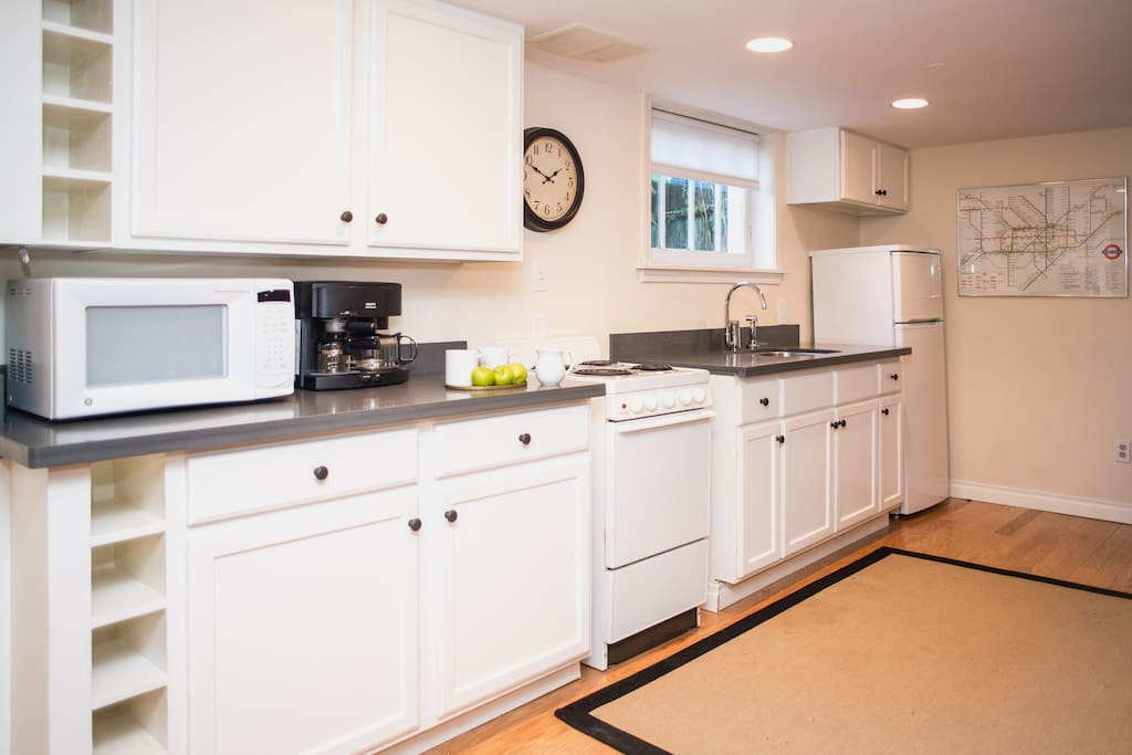 Fully equipped new kitchen, hardwood floors