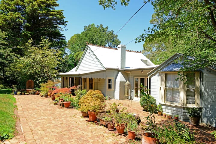 """SEFTON COTTAGE"" & GARDEN - Midweek Specials! - Mount Wilson"