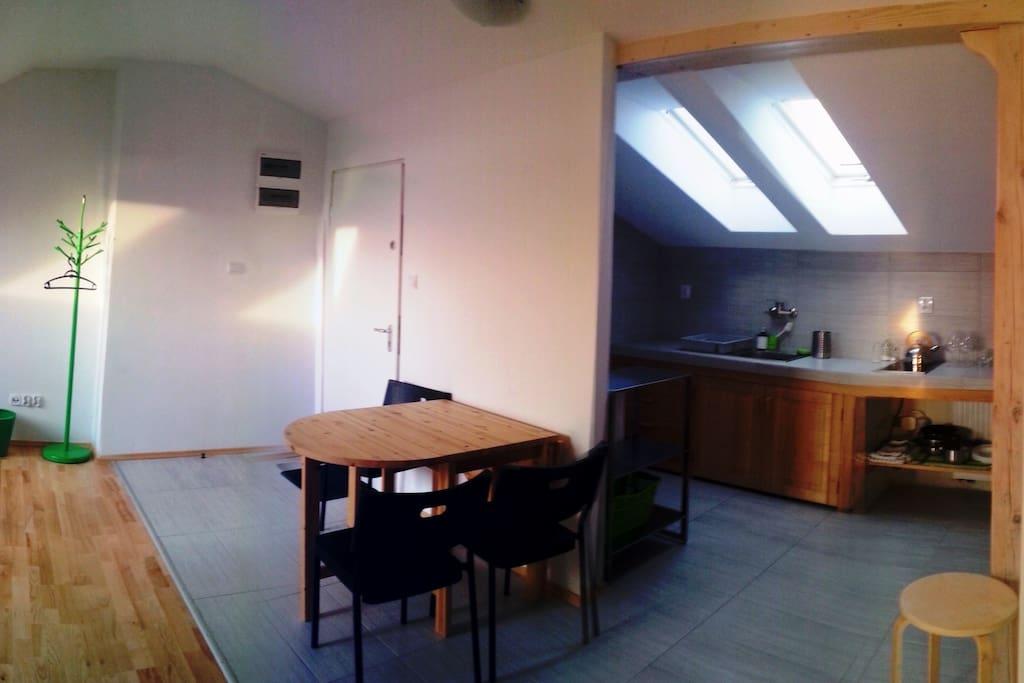 Pokój dzienny z wejściem i kuchnią.  Living room with entrance and kitchen.