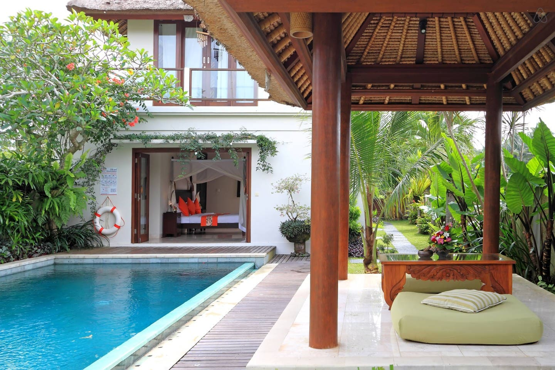 Stunning pool and beautiful bale