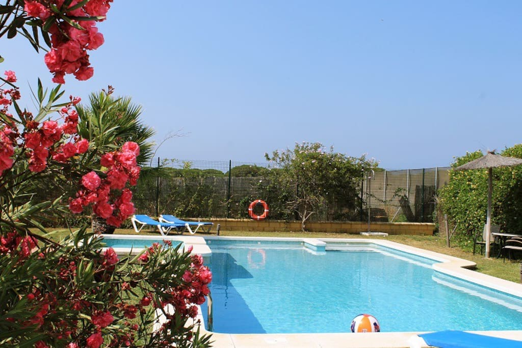 Casa chalet conil 3 piscina y wifi chalets for rent in for Piscina conil