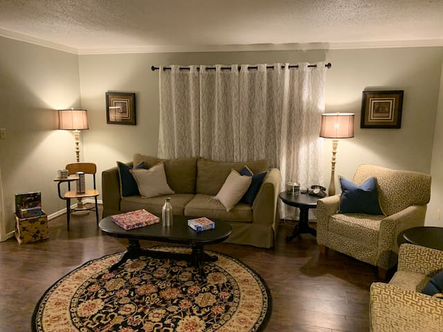 Cozy farmhouse style condo 1.5 miles from OU!