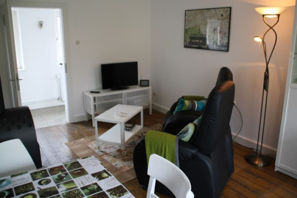 Die gemütliche Wohnküche mit Flachbildfernseher und PS3 Spielekonsole