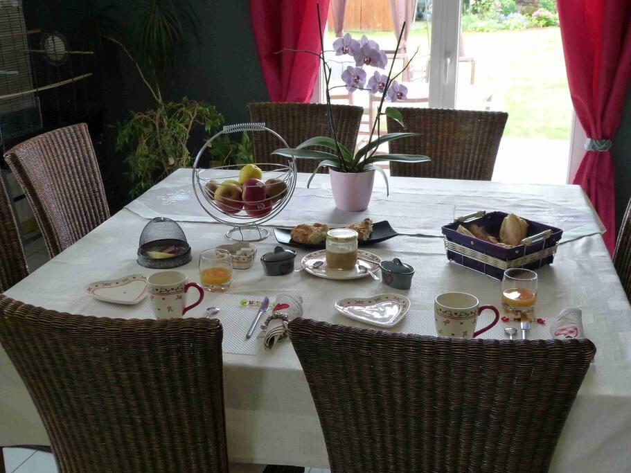 Un petit déjeuner copieux compris dans le prix de la chambre.