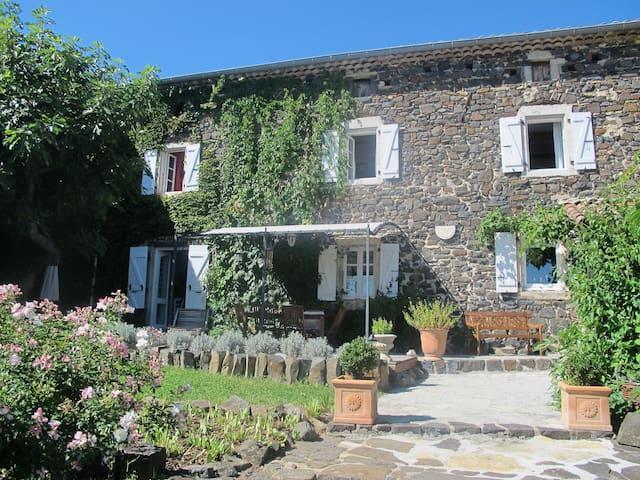 Belle maison ancienne tout confort - Saint-Jean-le-Centenier - บ้าน