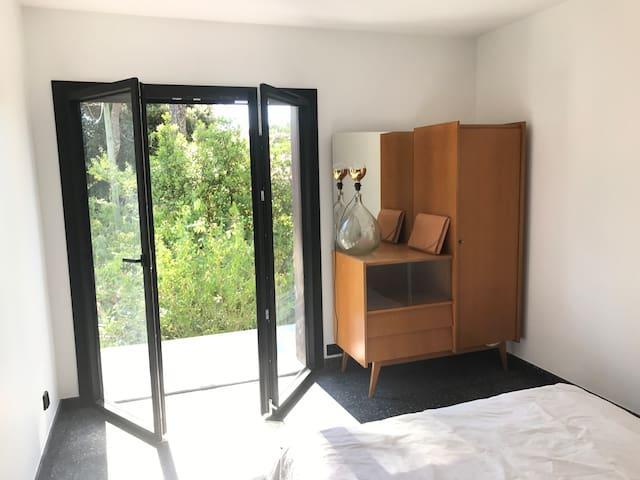 La porte-fenetre de la chambre Est donne sur le balcon