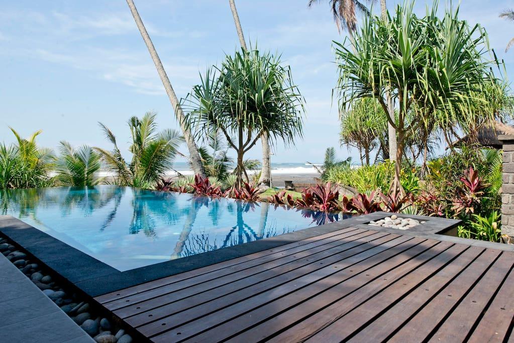 Infinity pool overlooks Balian Beach