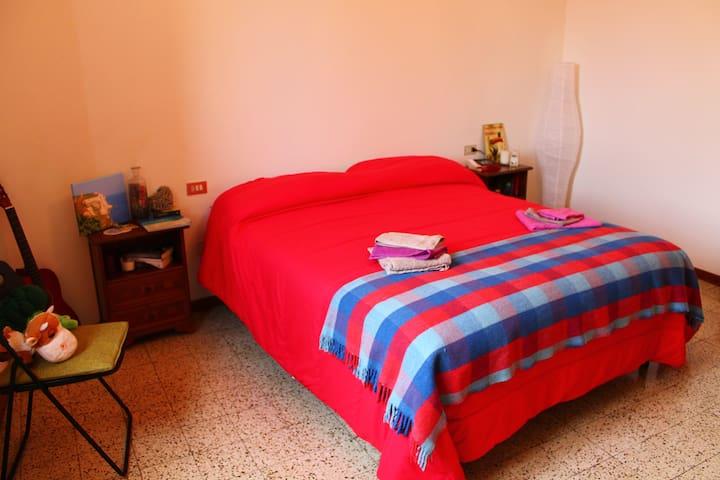 Beautiful bright double bedroom - Pistoia - Leilighet