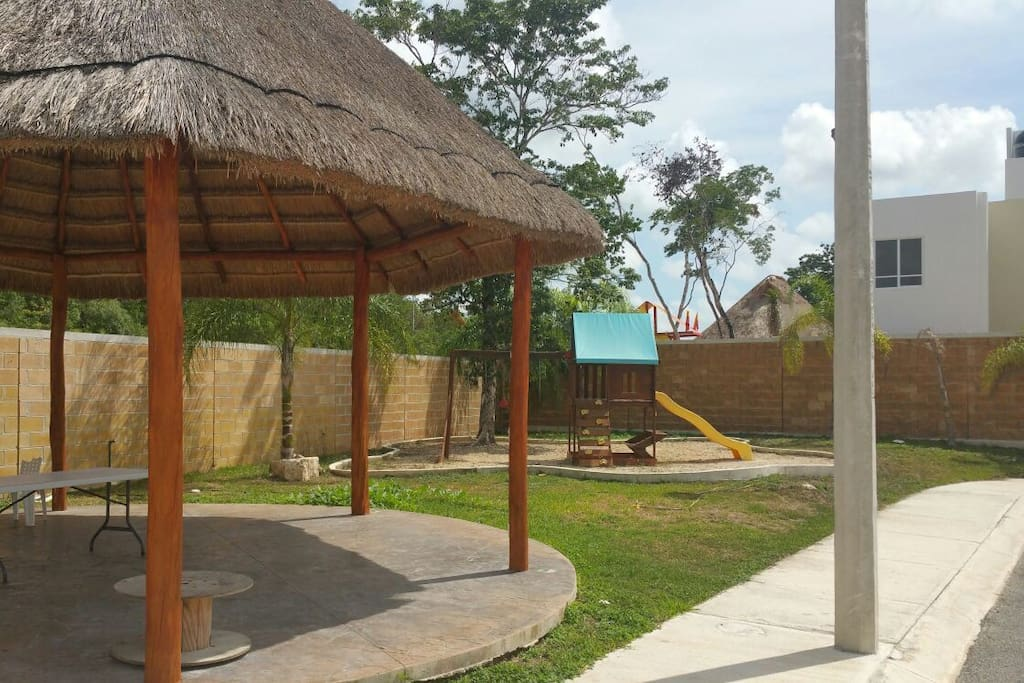 - zona para parilla/juegos  - barbecue area - area per barbecue/giochi per bambini