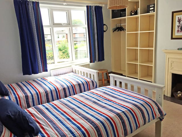 Acomb, York - Two single beds in pleasant room