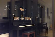 The piano at the entrance to the terrace
