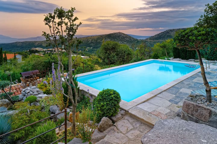 Exceptional villa with private pool, mountain and sea view !