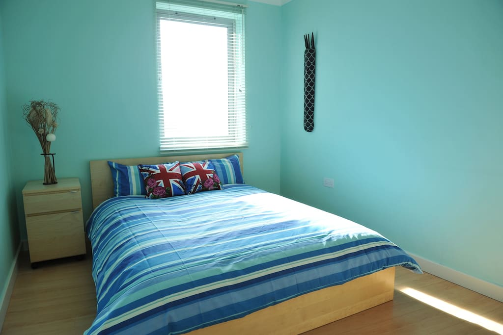 Very light room with a comfortable and new double bed
