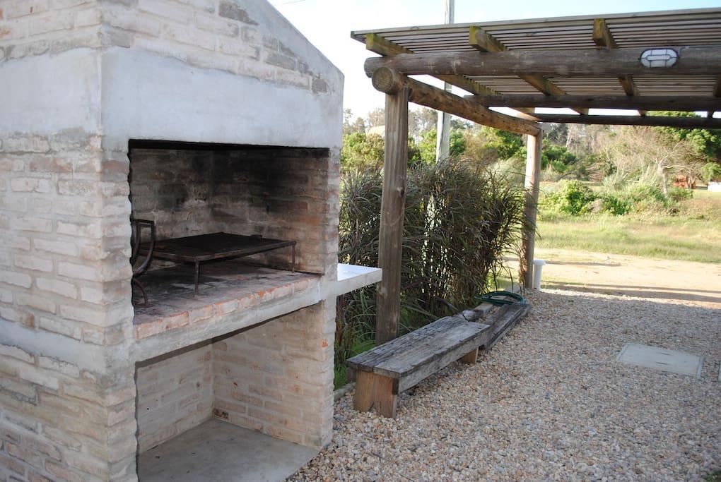 Cómodo parrillero para realizar típicos asados uruguayos.
