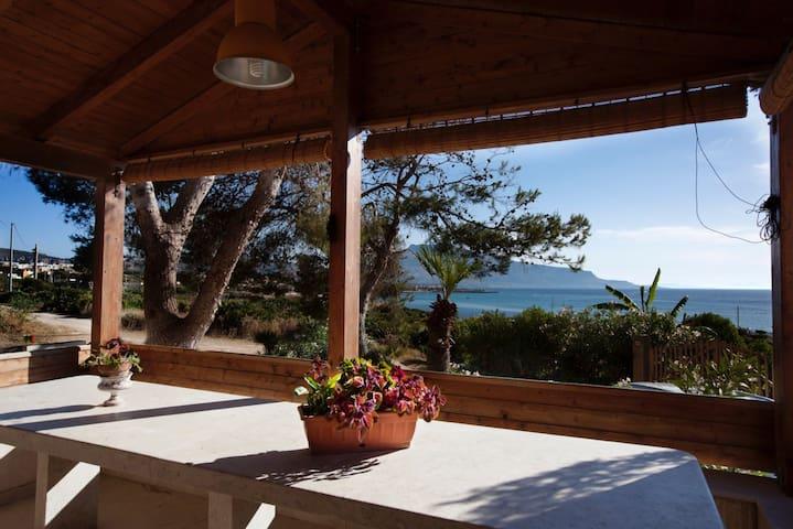 Casa con le verande sul mare tra S.Vito e Erice