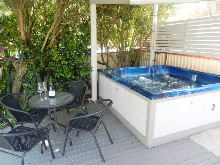 Lake haven escape 90 mins from cbd pet friendly bed for Pool show on foxtel