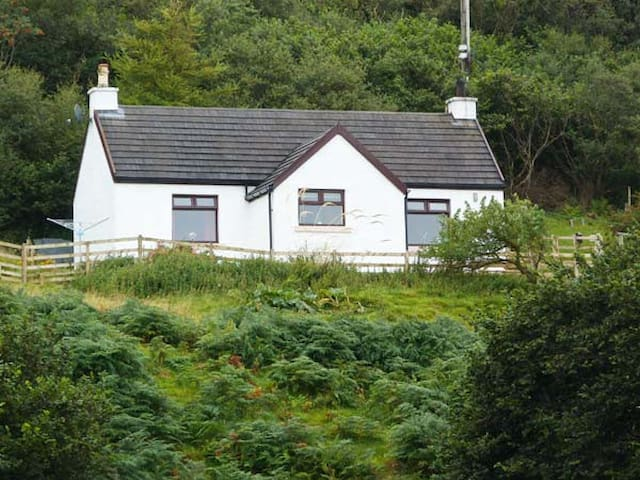 MARYS HOUSE, pet friendly, with open fire in Kilchoan, Ref 18280