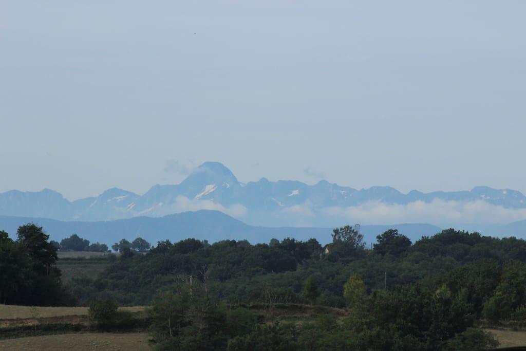 Bei klarer Sicht Blick auf die Pyrénées und den Mont Vallée...