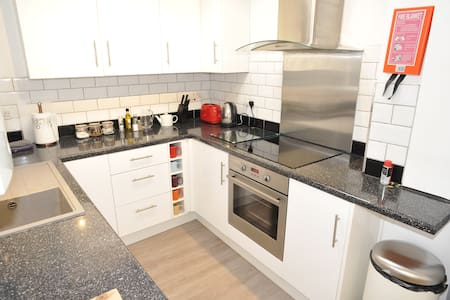 2 Bed Self Contained House Central to High Street