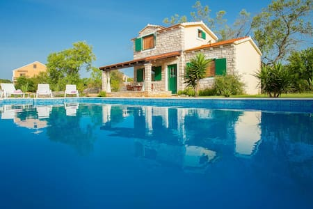 Stone cottage with pool in a peaceful area - Vela Luka