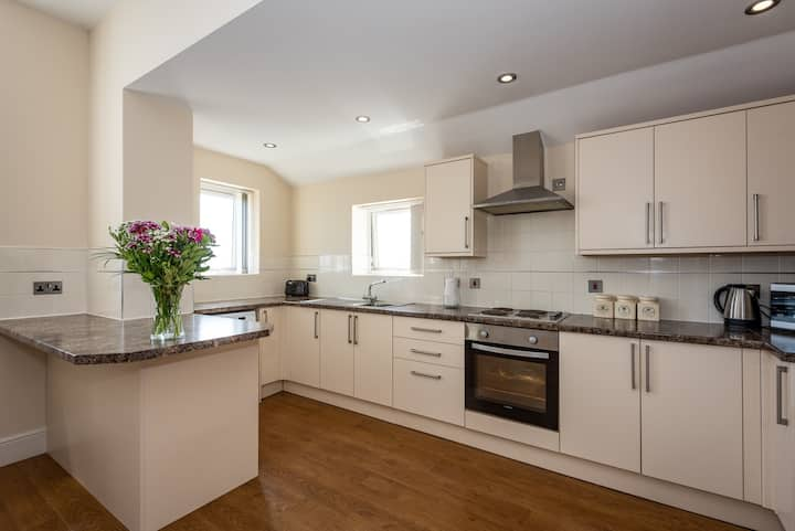 1 Bedroom Spacious Apt with Fully Fitted Kitchen
