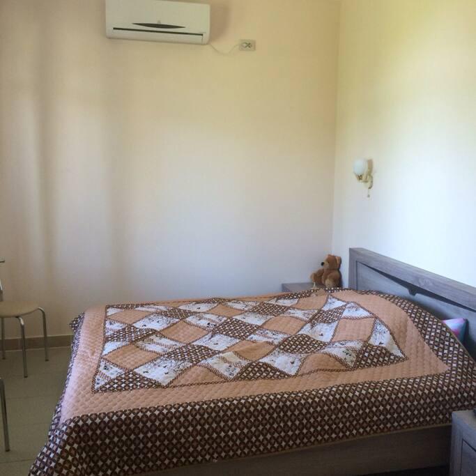 Кровать в апартаментах 160см