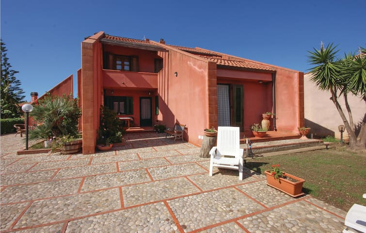 Holiday cottage with 5 bedrooms on 180 m² in Altavilla M. (PA)