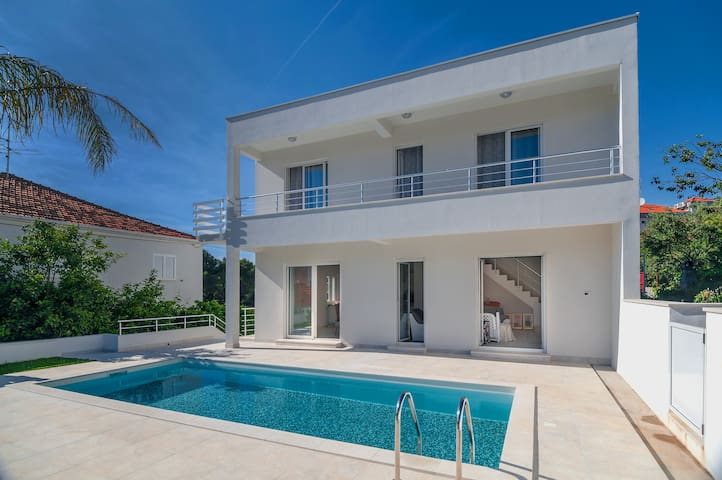 Villa with Swimming Pool in Perfect Location