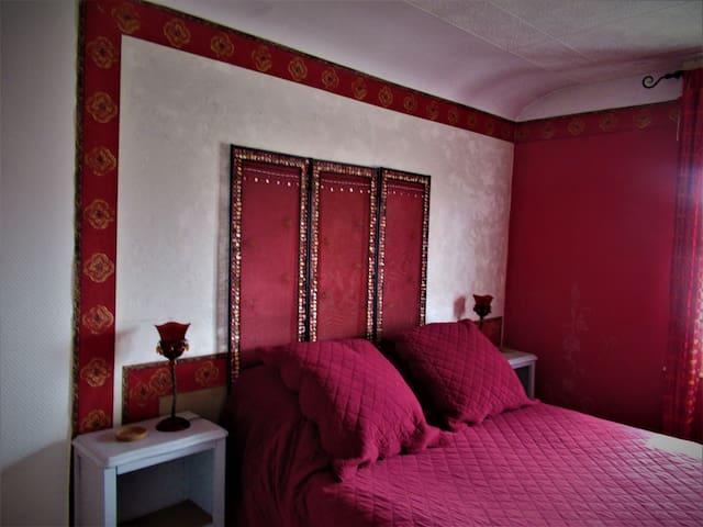 La chambre . Le lit.
