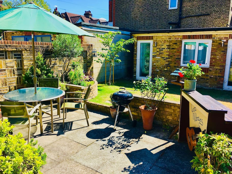 Garden with bbq and bar