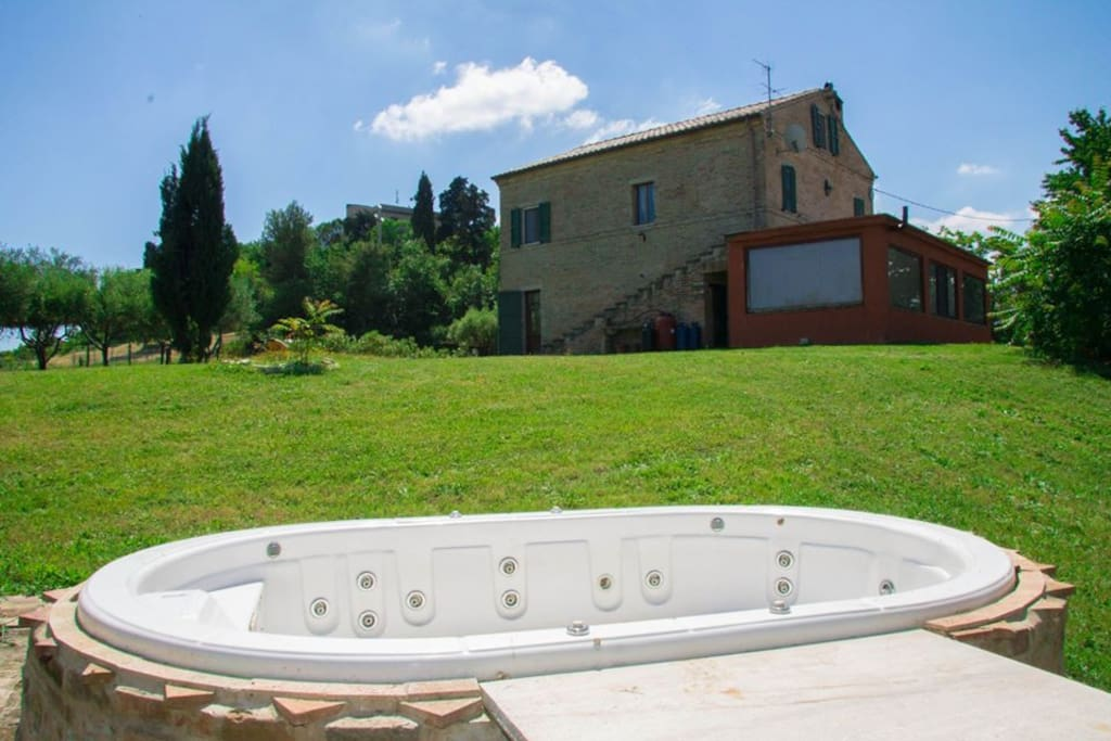 vasca idromassaggio in giardino