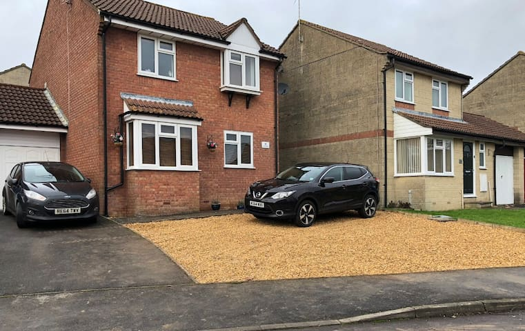 Ideally located double bedroom in family home.