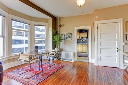 Artistic Flat In Downtown Seattle!