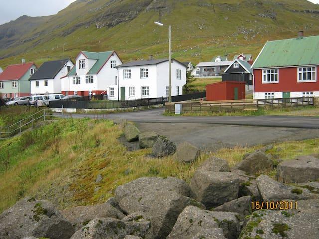 Lille hyggelig bygd og dejligt hus. - Oyndarfjørður - Rumah