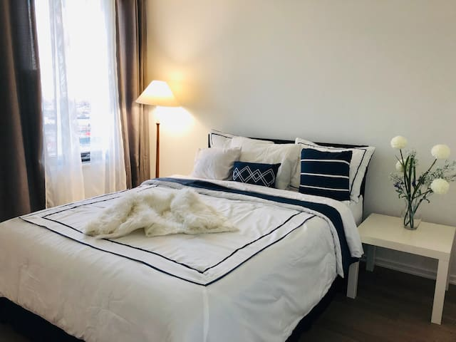 Stylish Downtown Bedroom (waterview)