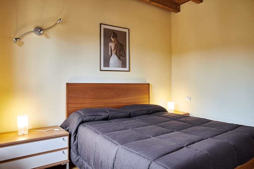camera letto matrimoniale dotata di biancheria