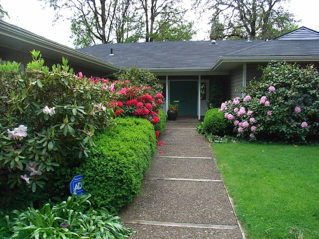 Privacy, Quiet, River, & Gardens - Cottage Grove - Casa
